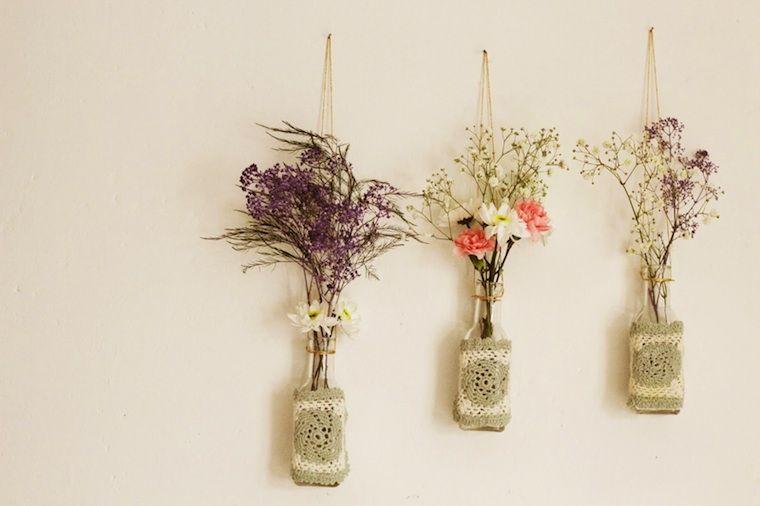 Tarros colgados pared contienen flores silvestres 7